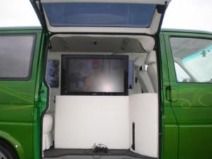 Flatlift tv hublift in Van integriert